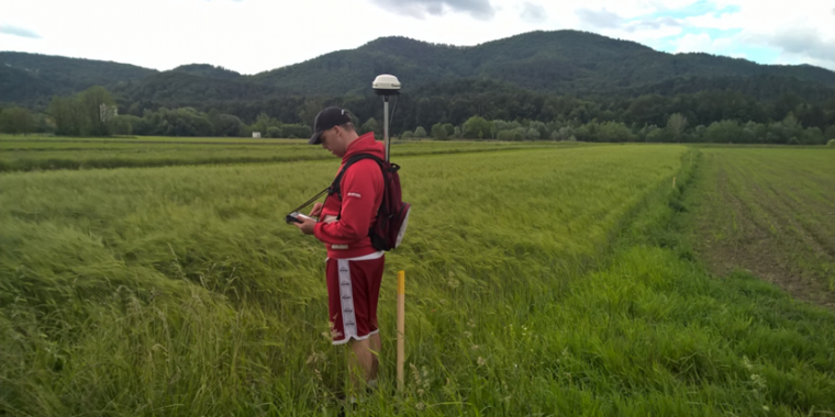 Field inspector from GZC performing an OTSC with portable GNSS equipment that uses EGNOS